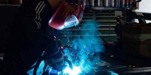 Darstellung eines Arbeiters beim Schweißen