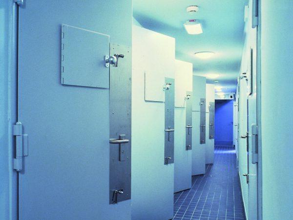 Symbolbild einer Sicherheitstür in einem Zellentrakt